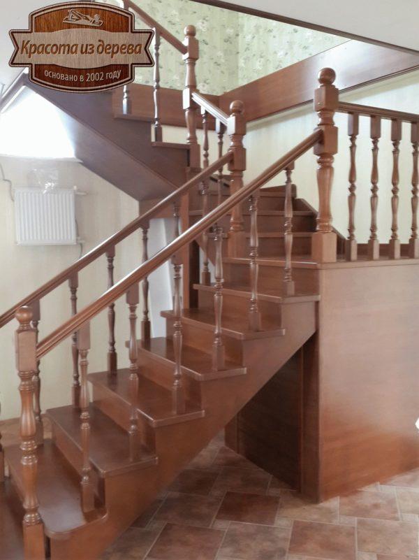 Лестница из бука с поворотом на 180
