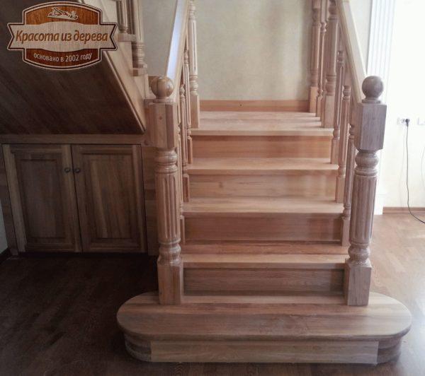 Лестница из бука со встроенным шкафчиком