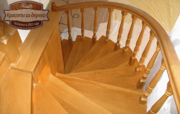 Лестница из массива бука с поворотом на 180 градусов