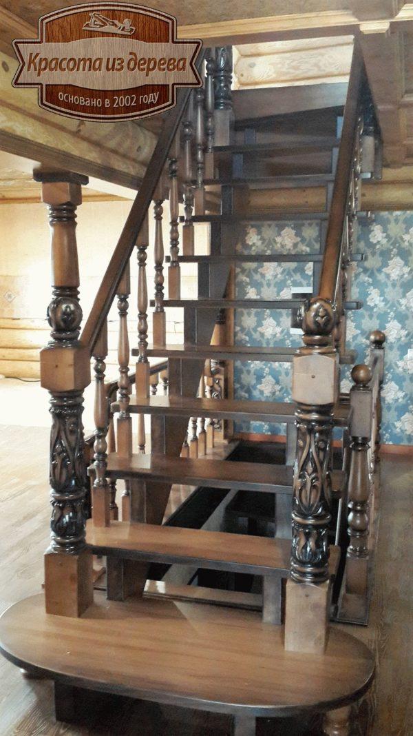 Лестница из массива с резными элементами
